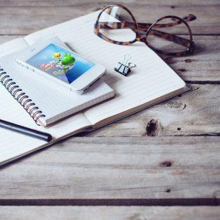 White iPhone 4s Mockup Free PSD